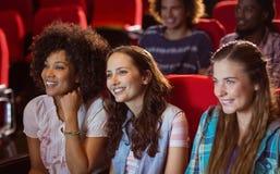 Молодые друзья смотря фильм Стоковое Фото