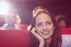 Молодые друзья смотря фильм Стоковое фото RF
