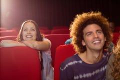 Молодые друзья смотря фильм Стоковые Фотографии RF