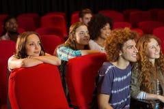 Молодые друзья смотря фильм Стоковая Фотография