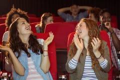 Молодые друзья смотря фильм Стоковые Изображения