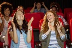 Молодые друзья смотря фильм Стоковое Изображение