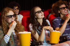 Молодые друзья смотря фильм 3d Стоковая Фотография
