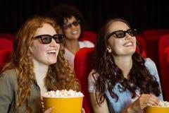 Молодые друзья смотря фильм 3d Стоковое Изображение