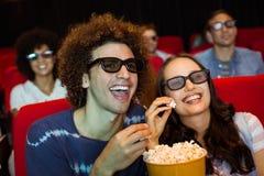Молодые друзья смотря фильм 3d Стоковое фото RF