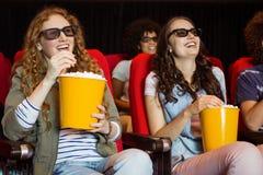 Молодые друзья смотря фильм 3d Стоковая Фотография RF
