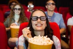 Молодые друзья смотря фильм 3d Стоковые Фото