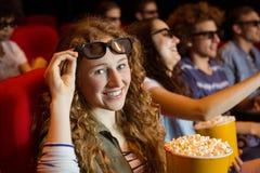 Молодые друзья смотря фильм 3d Стоковые Изображения