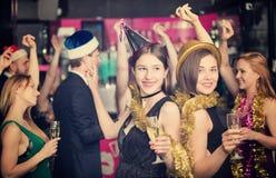 Молодые друзья танцуя на партии Нового Года Стоковое Изображение RF