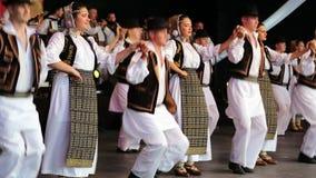 Молодые румынские танцоры в традиционном костюме видеоматериал
