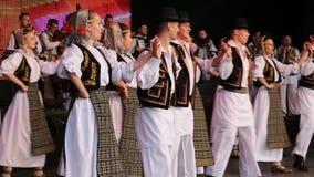 Молодые румынские танцоры в традиционном костюме сток-видео
