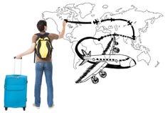 Молодые самолет чертежа путешественника и путь авиакомпании на карте стоковое фото rf