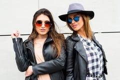 Молодые современные девушки на улице Стоковые Фотографии RF