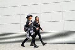 Молодые современные девушки на улице Стоковые Фото