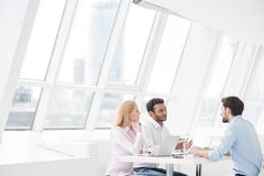 Молодые сотрудники имея встречу метода мозгового штурма в современном офисе стоковые изображения rf