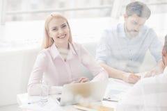 Молодые сотрудники имея встречу метода мозгового штурма в современном офисе Стоковое Изображение