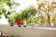 Молодые спортсмены в городе бежать на мосте Стоковые Фотографии RF