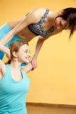 Молодые спортсмены делая протягивающ тренировки Стоковая Фотография RF
