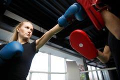 Молодые спортсмены состязаются в боксе Стоковое Изображение