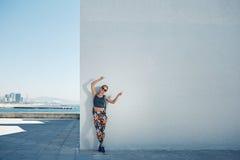 Молодые спорт и красивая белокурая девушка в sportswear показывают руку u Стоковые Фото