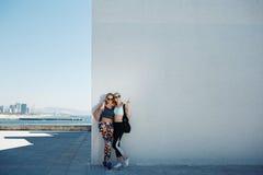 Молодые спорт и красивая белокурая девушка в sportswear с ее asi Стоковые Изображения RF