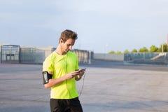 Молодые спорт укомплектовывают личным составом подготавливать для его jog утра дневника outdoors Стоковые Фотографии RF