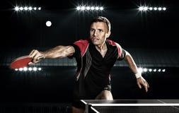 Молодые спорт укомплектовывают личным составом теннисист в игре на черноте стоковое изображение