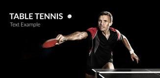 Молодые спорт укомплектовывают личным составом теннисист в игре на черноте стоковая фотография
