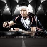 Молодые спорт укомплектовывают личным составом теннисист в игре на черноте стоковое фото rf