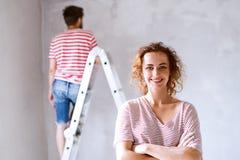 Молодые стены картины пар в их новом доме Стоковое фото RF