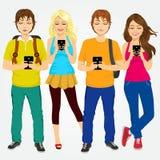 Молодые студенты используя мобильные телефоны иллюстрация штока