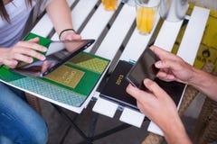 Молодые студенты используя Ipad. Стоковое фото RF