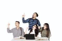 Молодые студенты получают воодушевленности совместно Стоковые Фото