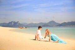 Молодые счастливые азиатские пары на острове Стоковые Изображения