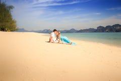 Молодые счастливые азиатские пары на острове Стоковое фото RF