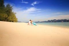 Молодые счастливые азиатские пары на острове Стоковые Фотографии RF