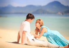 Молодые счастливые азиатские пары на острове Стоковые Изображения RF