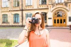 Молодые счастливые девочка-подростки имея потеху в парке города Хорошая погода лета Подруги идя в парк Стоковое Фото