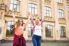 Молодые счастливые девочка-подростки имея потеху в парке города Хорошая погода лета Подруги идя в парк Стоковые Изображения