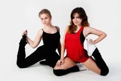 Молодые счастливые женщины делая тренировку фитнеса Стоковые Фотографии RF