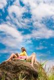 молодые счастливые женщины на естественной предпосылке стоковые изображения rf
