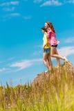 молодые счастливые женщины на естественной предпосылке стоковая фотография rf