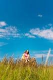молодые счастливые женщины на естественной предпосылке стоковые изображения