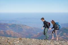 Молодые счастливые пары в красивых горах Стоковое фото RF