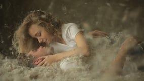 Молодые счастливые пары имея потеху Много пер на поле видеоматериал