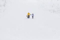 Молодые счастливые пары идя в парк зимы Стоковое Изображение