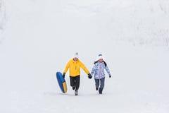 Молодые счастливые пары идя в парк зимы Стоковые Фото