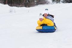 Молодые счастливые пары идя в парк зимы Стоковые Изображения RF