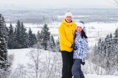 Молодые счастливые пары идя в парк зимы Стоковое Изображение RF