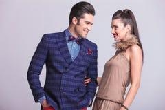 Молодые счастливые пары моды смотря один другого Стоковые Изображения